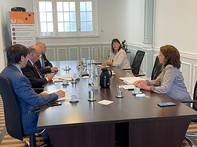 Reunión con representantes diplomáticos designados de Uruguay ante China